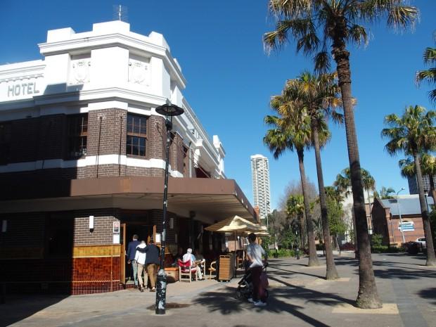 En Australie, sous l'appellation hotel se cache souvent un pub et un restaurant. A l'ancienne, un hotel était un pub et à l'étage quelques chambres.