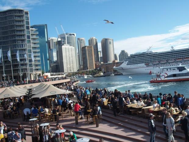 """Sydney Opera Bar avec vue sur la City. C'est le """"hub"""" de la ville Circular Quay, départs des trains et des ferrys vers les banlieues. Un peu comme Chatelet-les-Halles à Paris."""