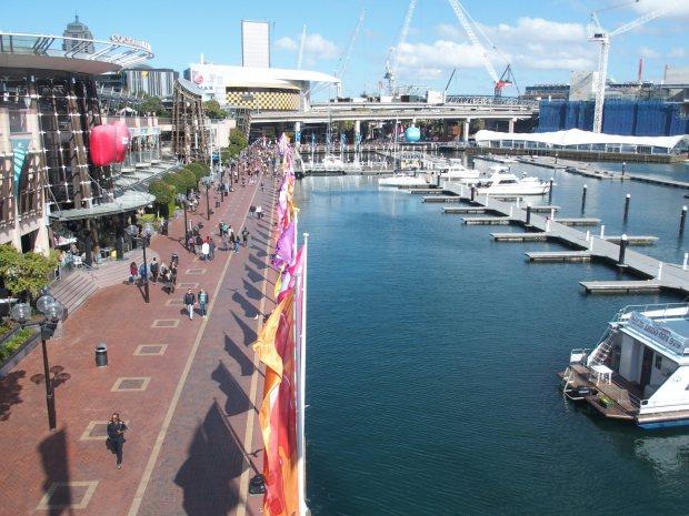Darling Harbour. Autre Quartier portuaire, très touristique et sans charme de la ville. Mais bien agréable en soirée surtout.